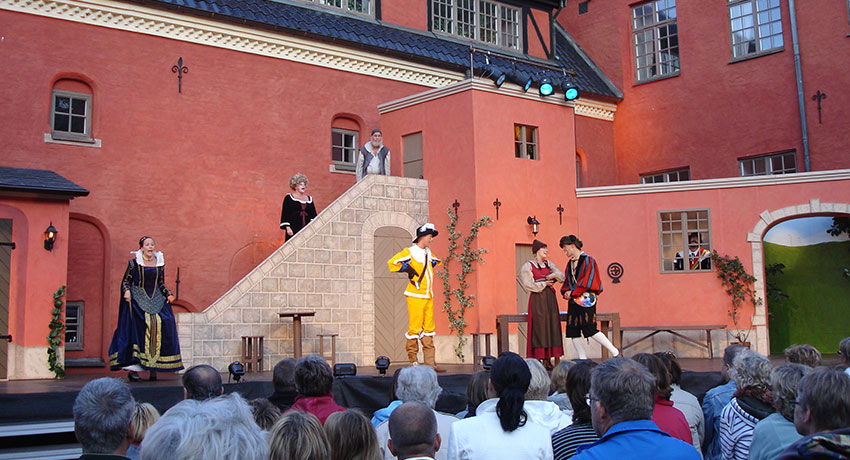 Theater performance at Halmstad Castle's courtyard